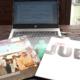 Ein Laptop und drei Langspiellplatten