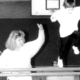 Beim Kinderturnen: Zwei Frauen helfen einem Kind beim SPrung über einen Kasten.