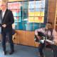 Bremens Bürgermeister Andreas Bovenschulte und ein Musiker.